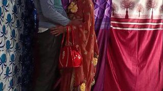 सादी में आई भाभी चुदाने को थी बेताब कोने में आकर पहले सरमाई फिर पेन्ट खोल कर सीधा लंड पर हमला बोला